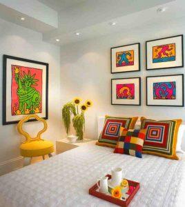 Quadri moderni copia di Keith Haring che si accostano perfettamente ad una camera da letto in stile moderno-pop art dando una forte caratterizzazione all'ambiente.